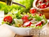 Зелена салата с чери домати, краставици, червен лук и маслини